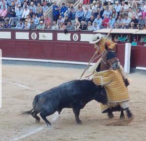Juan Manuel Sangüesa picando al quinto de José Escolar en Las Ventas.