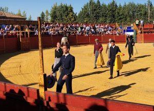 Ruiz de Jimena, a la izquierda de la imagen, con chaquetilla negra, haciendo el paseíllo en Ibros. Fotografía: objetivojuanma.