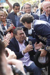 Hermoso de Mendoza saluda a un emocionado Manuel Vidrié.