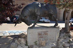La esscultura del toro con osoga de Lodosa, mutilada.