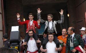 Los Hermoso, padre e hijo, salen a hombros en León.