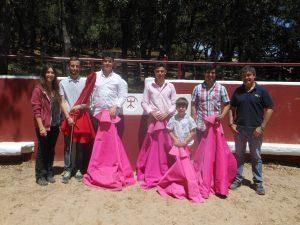 De izda. a dcha., Alba Reta, los tres jóvenes aficioandos, Manolito Expósito, Francisco Expósito y Miguel Reta.