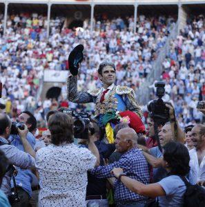 José Tomás ha salido a hombros en Granada, después de cortar seis orejas y un rabo. Fotografía: Arjona.