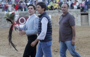 Guillermo Hermoso de Mendoza da la vuelta al ruedo con el rabo logrado, en compañía del matador de toros El Capea y el mayoral de la ganaddería.