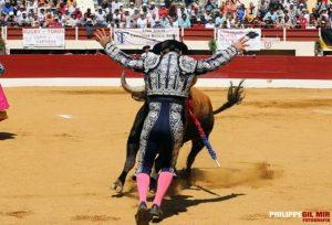 Manolo de los Reyes, tras clavar, en la misma cara del toro.