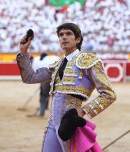 Castella pasea en triunfo la única oreja que se cortó a lo largo de la tarde.