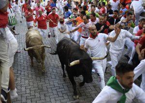 La manada ha llegado disgregada al callejón.