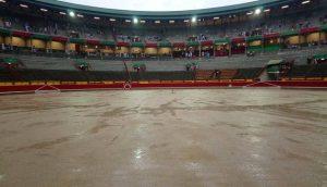 En este estado se encontraba el ruedo de Pamplona a las seis de la tarde, media hora antes del comienzo programado de la corrida de toros.
