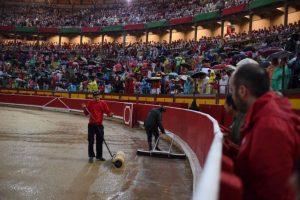 Operarios retiran agua del ruedo pamplonés. Fotografía: Javier Arroyo.