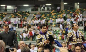El Fandi y Toñete han salido a hombros junto al mayoral de Román Sorando.