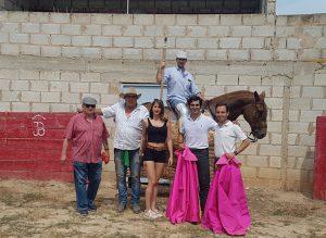 De izda. a dcha., el padre de Ramitos, José Antono Baigorri, su hija Paticia, el picador Ramitos, Francisco Expósito y Pablo Simón.