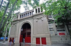 La puerta principal de la plaza de Pamplona luce como hace 97 años.