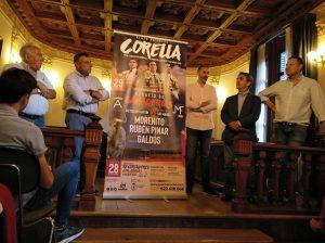 Los protagonistas del acto de presentación de la feria corellana rodean al cartel anunciador.