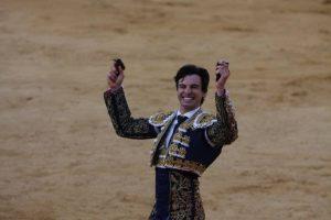 Toñete pasea en triunfo las dos orejas conseguidas del sexto y último de la tarde y de la feria. Fotografía: Manuel Sagüés.