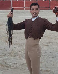 Javier Antón pasea en triunfo el rabo del cuarto novillo en Cogollos de Guadix.