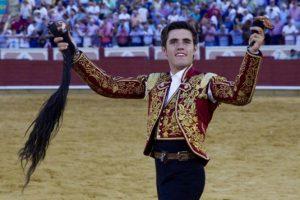 El joven caballero navarro pasea en triunfo el rabo logrado en su presentación en Cuenca.