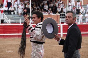 Tras cortar el rabo del sexto, El Adoureño dio la vuelta al ruedo junto al mayoral de Luis Albarrán.