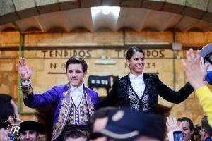 Navarro y francesa salen a hombros por la puerta grande de La Glorieta.