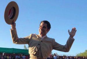 Marc Serrano, saliendo a hombros en Autol.