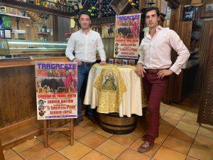 El novillero Sergio López y el matador de toros navarro Javier Antón, en la presentación de la corida de toros mixta que se celebrará en Tragacete.