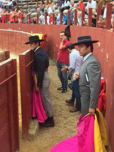 Los dos matadores de toros gaditanos en el callejón, atentos a lo que sucede en el ruedo cascantino.