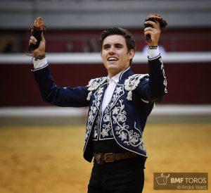 El joven jinete estellés pasea en triunfo las dos orejas del que ha cerrado plaza, el último toro de su temporada.