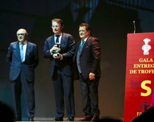 Antonio Catalán, en el centro de la imagen con el premio, al lado de Vicente Ruiz 'El Soro', primero por la derecha. Fotografía: Las Provincias.
