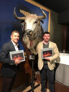 Azpilicueta y Ramírez posan con el libro que presentaron ayer en el hotel Maisonnave de Pamplona.