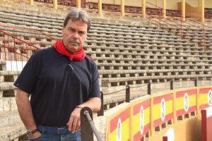 Juan Luis Ruiz, en la plaza de Tudela, de la que es empresario.
