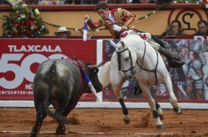 Guillermo Hermoso de Mendoza se dispone a clavar una corta con 'Pirata' en la plaza mexicana de Tlaxcala.