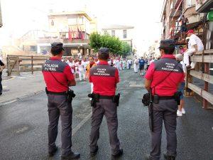 Policía Foral vigila la seguridad en un encierro.