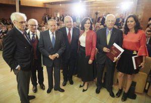 Isabel Díaz Ayuso, en el centro de la imagen, junto, entre otros, a Vidal Pérez Herrero, con un ejemplar de su agenda taurina. Fotografía: ABC.