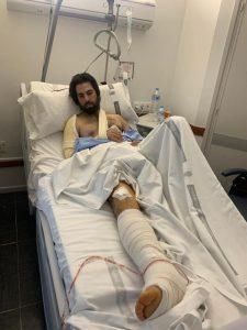 Armendáriz, en una habitación del Hospital de Navarra, tras ser operado esta mañana de fractrura de tibia.