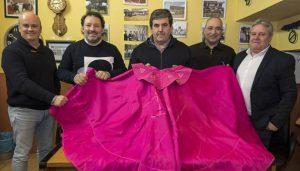 Desde la izquierda, Javier Romero, Gustavo Alegría, Juan José Crespo, Valentín Larrión y Roberto Ojer, ayer en la sede del club taurino en Estella. Fotografía: Montxo A. G.