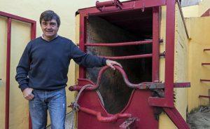 Miguel Reta ante el mueco del toro ensogado de Lodosa. Fotografía: Montxo A. G.
