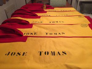 Sucesión de muletas con el nombre del maestro de Galapagar en la Sastrería Emilio.