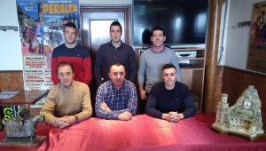 La nueva junta directiva del Club Taurino de Peralta, con su presidente, Santiago Campo, sentado, en el centro de la imagen.