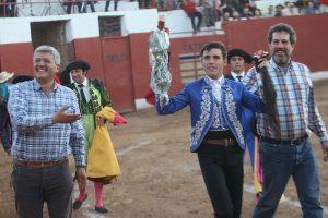 Tras cortar el rabo del cuarto, Guillermo Hermoso de Mendoza compartió la vuelta al ruedo con los hermanos Muñoz, titulares de Zacatepec.