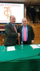 Como taurinos y amigos, Ganuza y Sevilla se dan la mano en el relevo presidencial del Club Taurino de Pamplona.