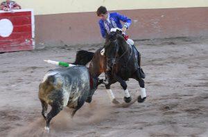 Guillermo Hermoso de Mendoza, toreando con 'Disparate' en la plaza de Etzatlán.