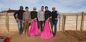 Javier Antón con Carlos Aguado y el resto de intevinientes en el tentadero.