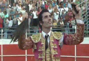 El diestro navarro Javier Antón pasea en triunfo el rabo conseguido en Valle de la Pascua.