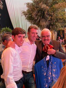 Guillermo y Pablo Hermoso de Mendoza junto a Vicente Fernández, con el traje de torear regalado.
