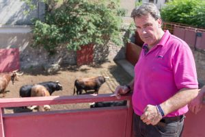 Juan Luis Ruiz, en los corrales de Tudela, ante una corrida de toros.