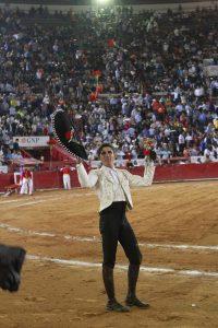 Guillermo Hermoso de Mendoza pasea en triunfo la primera oreja conseguida en la Plaza México.