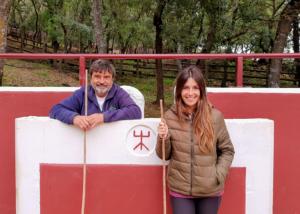 Miguel Reta junto a su hija Alba en su plaza de tientas.
