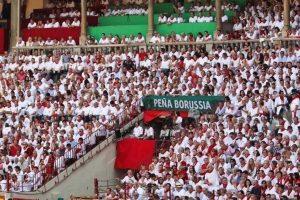 La Peña Borussia se acomoda siempre en una Soprepuerta de la plaza de toros de Pamplona.
