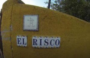 Azulejos que indican la entrada a la finca de El Risco.