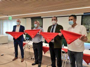 Los protagonistas de la rueda de prensa muestran los 'pañuelicos solidarios'.