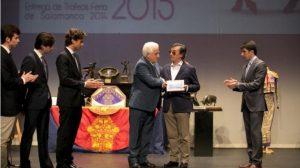 Juan José recibe de El Viti el premio Salamanca 2015.